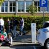 Elektrische deelauto We Drive Solar aan laadpaal